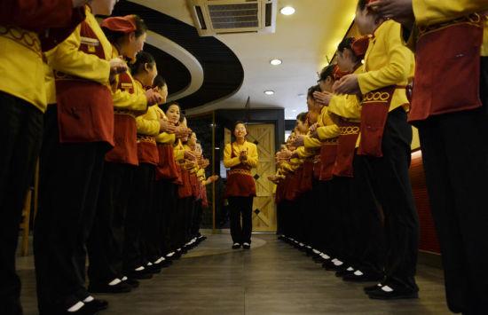 服务员的白班正式上班时间从11点开始,上班前的班前会上,高俊歌为大家唱了首歌,这是她们集体生活的一部分。他们的白班从11时到15时。武向阳图