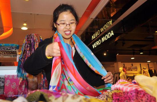 空闲时逛商场,想买条围巾,挑了十几分钟最终没买。王卫仙图