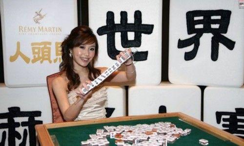 图为台北麻将天后余筱萍,她是第一届世界麻将大赛的季军。