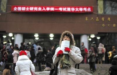 2012年1月7日,清华大学考点,考研学生准备进入考场。 新京报记者 浦峰 摄
