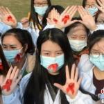 """百名大学生摆巨型""""红丝带""""呼吁消除艾滋病歧视(图文)"""
